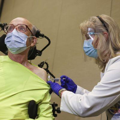 Vaccinationerna har kommit i gång också i Colorado. Här får 85-årige Mark Maloney en första spruta av Pfizer-Biontechs vaccin mot covid-19.