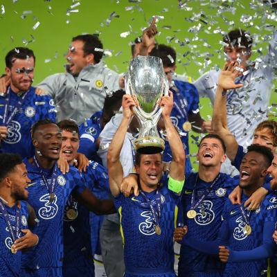 Cesar Azpilicueta nostaa Chelsean Supercupin pokaalin ilmaan Belfastissa penalty shoot out during the UEFA Super Cup 2021 Final between Chelsea FC an