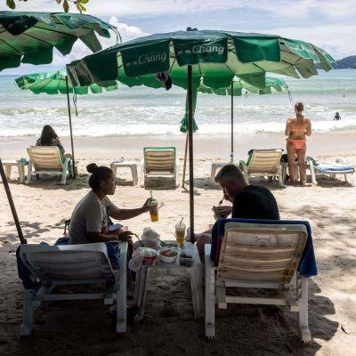 Turister avnjuter mat och dryck i Phuket, Thailand inom ramen för ett program avsett för personer som är fullt vaccinerade