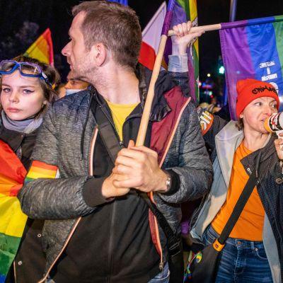 Puolassa järjestettiin sunnuntaina kymmeniä mielenosoituksia.