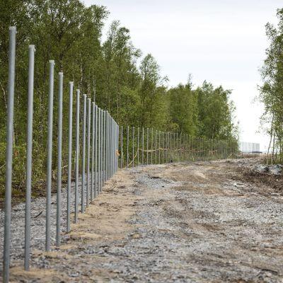 Inom juli månad ska det 8 kilometer långa stängslet runt kraftverksområdet stå klart.