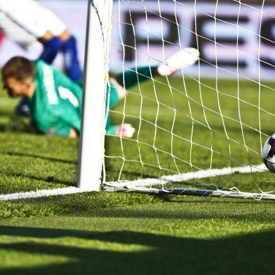 En boll i Finlands mål.