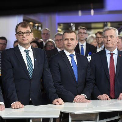 Timo Soini, Juha Sipilä, Petteri Orpo och Antti Rinne följer med valresultatet i kommunalvalet 2017.