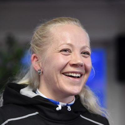 Kaisa Mäkäräinen skrattar, mars 2017.
