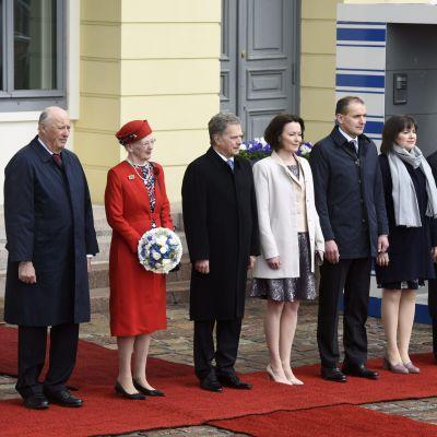 De kungliga gästerna från Norden står uppradade utanför Helsingfors.