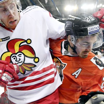 Marko Anttila trycks i planket av Jan Kolar i KHL.