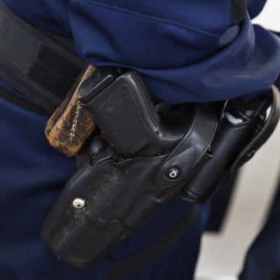 Polis med vapenutrustning.