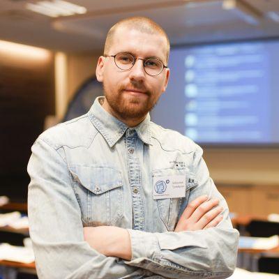 Sebastian Tynkkynen fortsätter som de sannfinländska ungas ordförande.