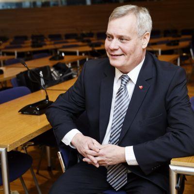 Antti Rinne vid riksdagsgruppens möte den 4 december 2015.