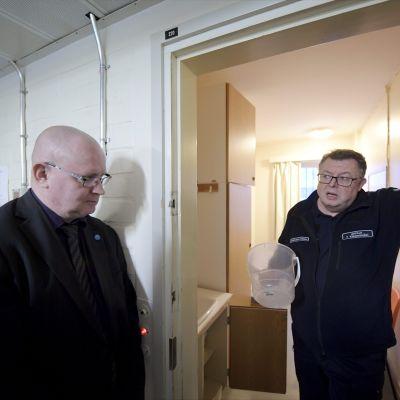 Jari Lindström besökte Tavastehus fängelse den 10 januari 2017. Till vänster fängelsechefen Tuomo Kärjenmäki.