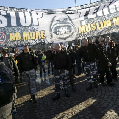 Demonstranter med en stor banderoll.