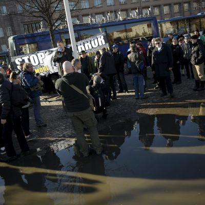 Suomi Ensin -demonstranter på Järnvägstorget den 11 mars 2017.