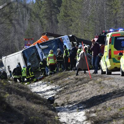 Bussen välte i ett dike på E45 nära Sveg i Härjedalen.