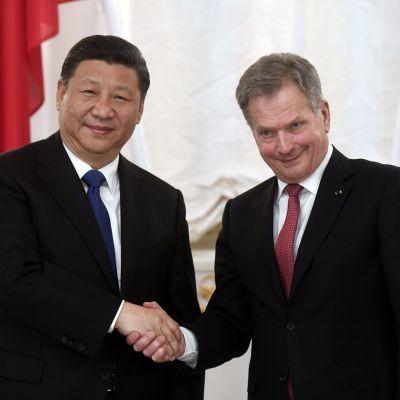 Presidenterna Xi Jinping och Sauli Niinistö på slottet i Helsingfors.