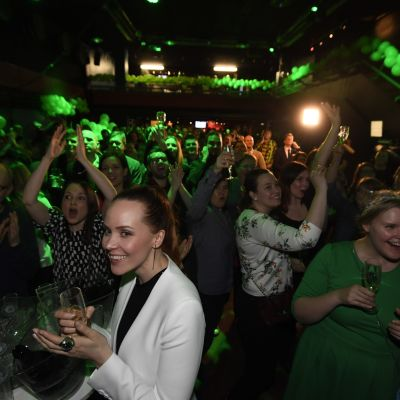 Glada människor jublar och applåderar på De grönas valvaka i Helsingfors. Partiet gör rekordval i hela landet i kommunalvalet 2017.