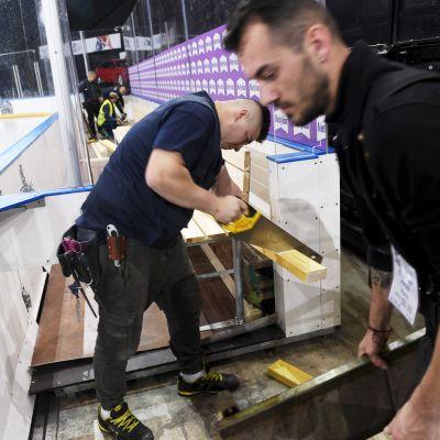 Ishallen i Paris byggdes ännu på onsdagen.