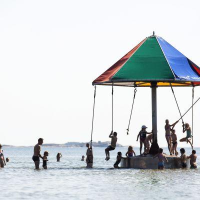 Badare vid Plagens badstrand i hangö i juli 2014.
