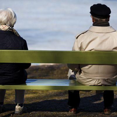 Äldre på en bänk.