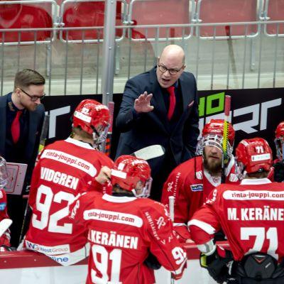 Risto Dufva ger instruktioner åt sina spelare.
