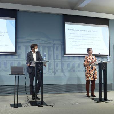 Ministrarna Jari Leppä, Timo Harakka och Krista Mikkonen vid talarstolar under en presskonferens i statsrådet.