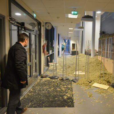 Ulf Blomberg, teknisk direktör i Lovisa bekantar sig med läget efter att innertaket i skolan Harjurinteen koulu i Lovisa rasat in.