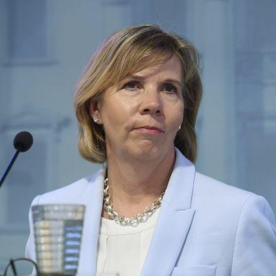 Justitieminister Anna-Maja Henriksson vid presskonferensen om att häva beredskapslagen.