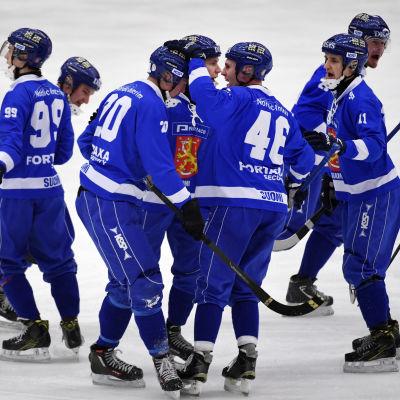 Finska spelare firar ett mål i bandy-VM:s semifinal 2017.