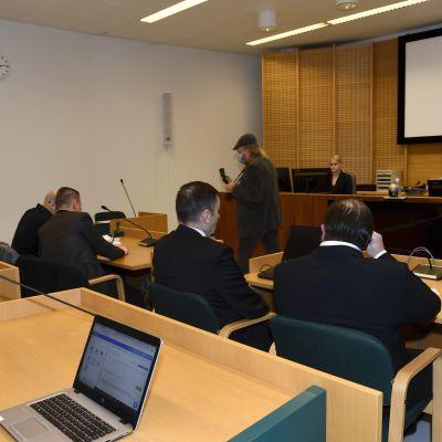 Oikeudenkäynti Espoon Suurpellon murhasta.