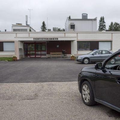 En taxi utanför hälsocentralen i Ivalo.