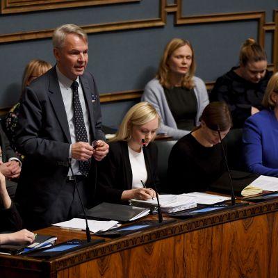 Utrikesminister Pekka Haavisto (Gröna) svarar på frågor om finländarna i al-Hol. Bilden är från den 12 december 2019.