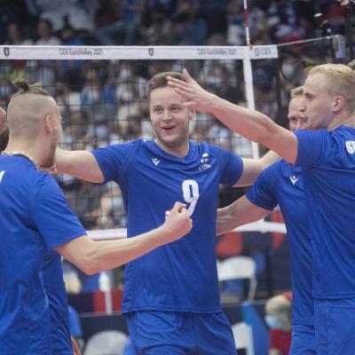 Finlands spelare jublar.