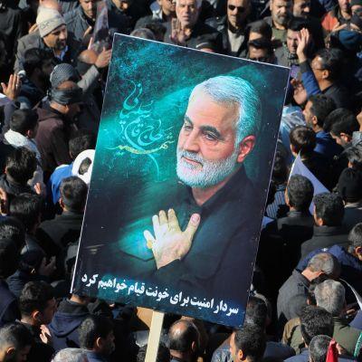 Sörjande iranier hedrade den dödade generalen Qasem Suleimani då han begravdes i Kerman i Iran.