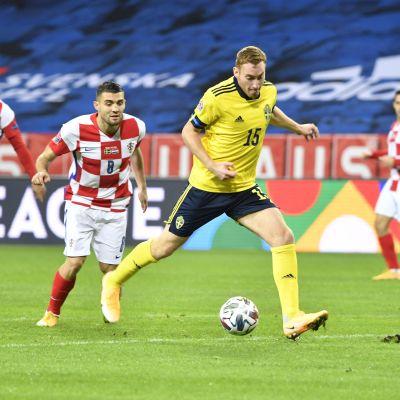 Dejan Kulusevski med bollen mot Kroatien.