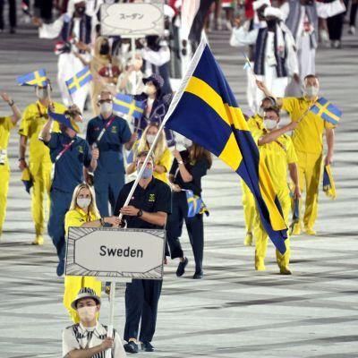 Svenska idrottare tågar in på arenan.