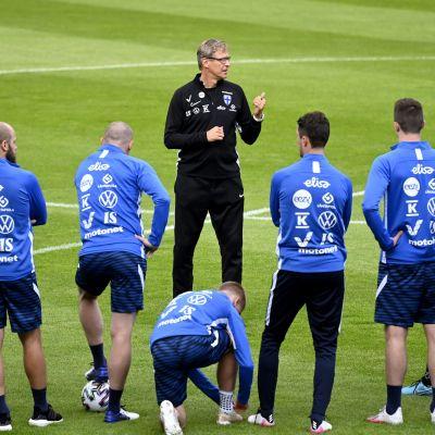 Markku Kanerva ohjeistaa joukkuetta harjoituksissa.