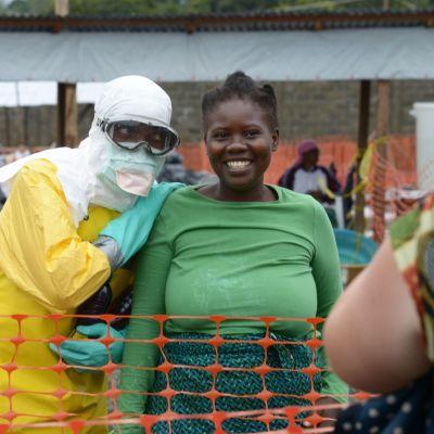 En läkre från franska Läkare utan gränser poserar med en patient innanför ett högsriskområde i Liberias huvudstad Monrovia.