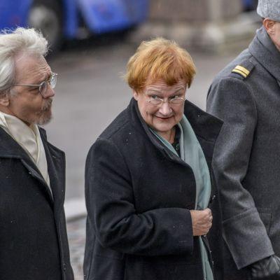 Tarja Halonen och Pentti Arajärvi anländer till den ekumeniska gudstjänsten i Helsingfors domkyrka den 6.12.2014.