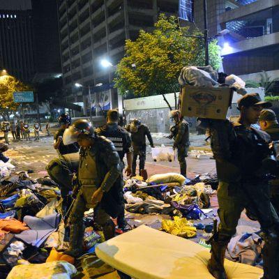 Polisen tömde ett av oppositionsaktivisternas läger i Venezuelas huvudstad Caracas den 8 maj 2014.
