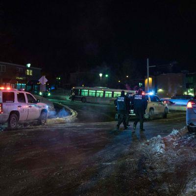 Poliser och räddningsfordon utanför en moské i Quebec, Kanada, där fem personer uppges ha dött i en skjutning.