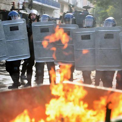 Kravallpolis sattes in mot våldsamma demonstranter i Paraguays huvudstad Asuncion.