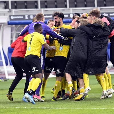 KuPS firar cupsegern 2021 efter att ha besegrat HJK i finalen.