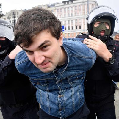 Kravallpolis griper man i Moskva den 3 augusti 2019