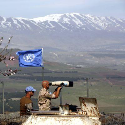 FN-medarbetare övervakar gränsen mellan Israel och Syrien från Golanhöjderna den 10 februari 2018.