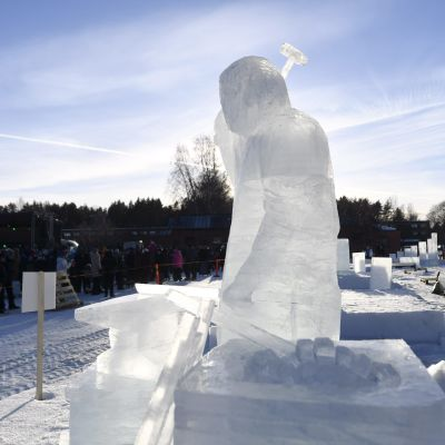 Isskulpturen Smeden, det vinnande bidraget i isskulpturs-FM 2019. Veijo Oinonen har gjort skulpturen.