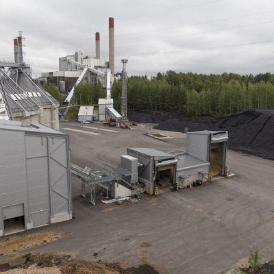 Vantaan Energian Martinlaakson voimalaitos käyttää polttoaineinaan kivihiiltä, metsähaketta ja turvetta.