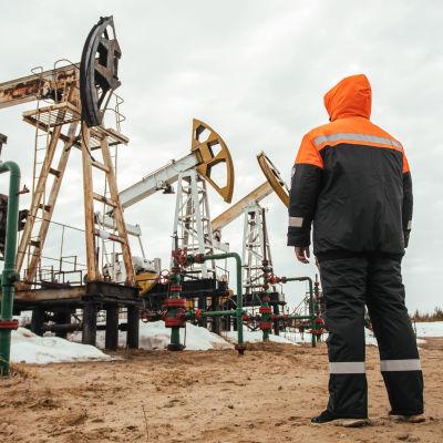 Person tittar på oljepumpar utanför staden Surgut i Ryssland.