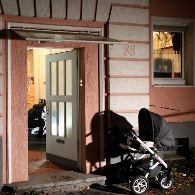 Rikospaikkatutkijat tutkivat kotia puukotuspaikalla Oberhausenin Marienkirchdessä.
