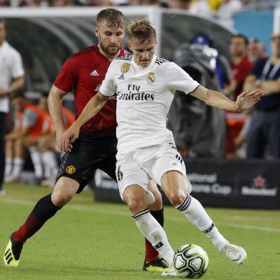 Martin Ödegaard med bollen i en träningsmatch för Real Madrid.