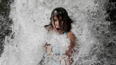 person kyler sig i vatten i Pamplona, Spanien.