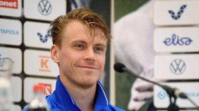 Rasmus Schüller på en presskonferens.
